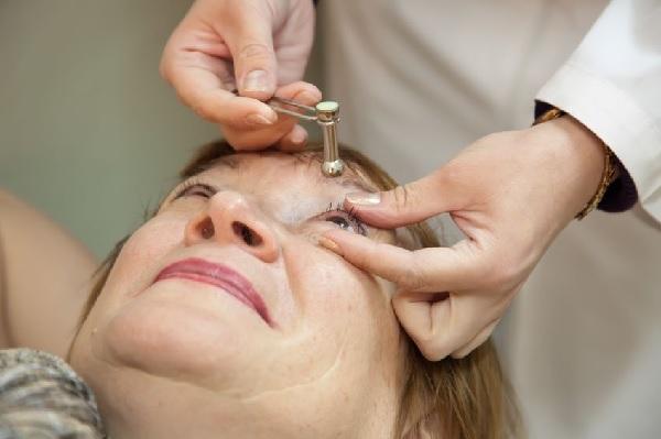 Проверяют глазное давление