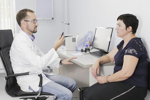 Врач невропатолог лечит